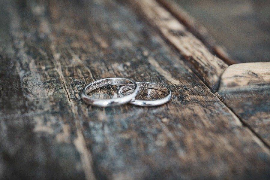 Matrimonio Bianco e Fucsia -fedi personalizzate realizzate da un artigiano