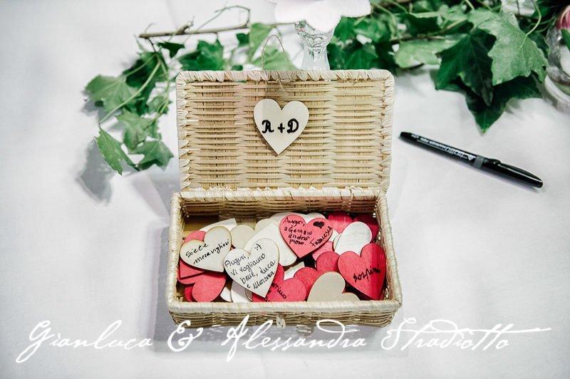 Matrimonio Bianco e Fucsia -guestbook con cestino di vimini e cuoricini di legno