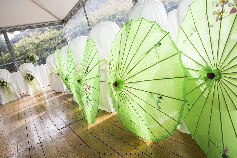 Matrimonio Bianco e Verde_particolari decorazioni cerimonia con ombrellini verdi