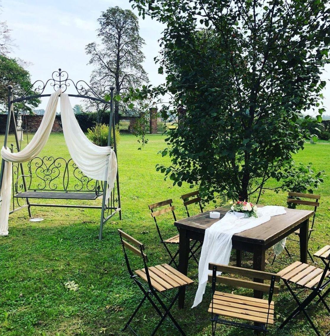 matrimonio autunnale dondolo vintage e tavolo in legno